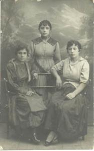 Женщины семьи Усейновых (слева направо) – Сона,  Джаваир и Пикя, 1920 г.